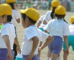 体育の授業を受ける子供たち