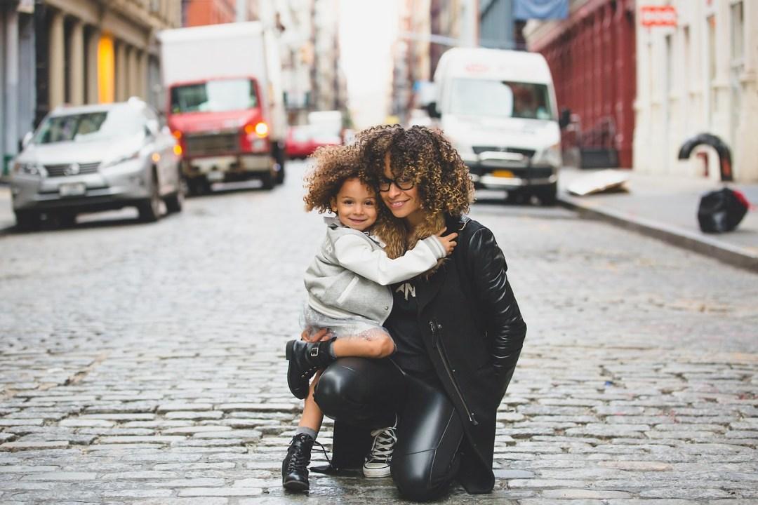 madre y hija posando juntas