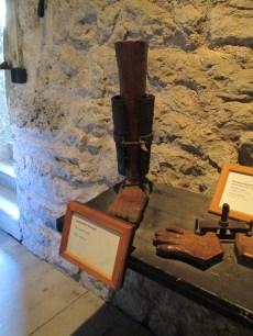 Instrumento de tortura medieval llamado calcetín / media / calza española, que hace pupa en la pierna según se va cerrando, debido a los pinchitos que contiene en su interior.