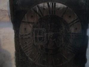 Antiguo reloj exterior, del siglo XVIII, sustituido por uno más colorido.