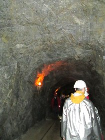 Uno de los túneles por los que transcurre el recorrido. El hombre que aparece de espaldas lleva puesto el atuendo que cada visitante debe llevar, que se consigue al comienzo de la visita.