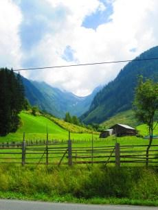 Y al fondo del todo, detrás de las montañas más lejanas, Italia