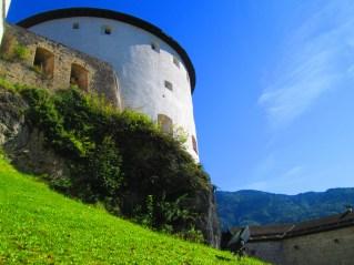 Rodeando la fortaleza dentro de sus murallas