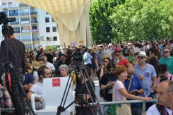 Crowds begin to gather at noon