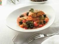 Тушеный морской окунь с оливками