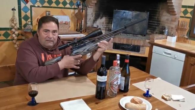 """Vídeo   Amenaza exhibiendo un rifle: """"preparándome contra los perroflautas"""""""