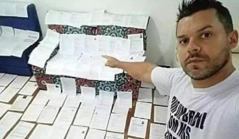 Reparte 62 currículums que encontró en la basura y consigue trabajo a 14 personas