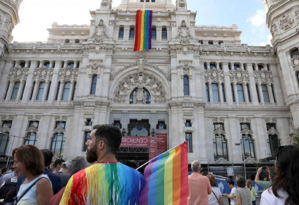 La bandera del arcoíris en la fachada principal del Ayuntamiento de Madrid. Licencia Creative Commons. Créditos: Diario de Madrid