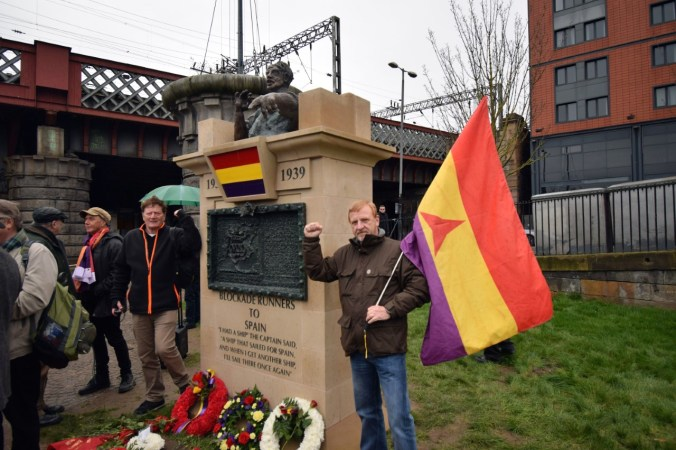 Allan and Iain at the monument 'Blockade-Runners to Spain' their fists raised in solidarity – del af fotoreportage af afsløringen af monumentet 'Blockade-Runners to Spain' i Glasgow, 2. marts 2019