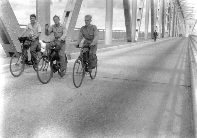 Cuatro daneses en la Guerra Civil española: Hans Petersen, Aage y Kai Nielsen en la carretera sobre el puente de Lillebæltsbroen, agosto-septiembre de 1936