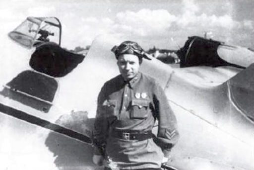Lieutenant Michail Jakusjin in front of his Polikarpov fighter air craft
