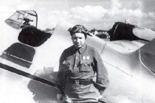 Løjtnant Michail Jakusjin ved sin Polikarpov