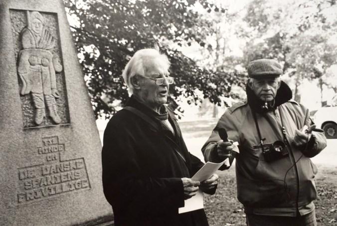 Villy Fuglsang (venstre) taler ved Spaniensmonumentet på Esplanaden i København den 17. oktober 1999, til højre, Julian fra Folkets Radio. Foto: Jette Jacobsen