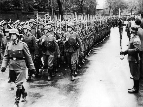 Die dänischen Freiwilligen an der Ostfront - Frikorps Danmark - marschieren durch Kopenhagen