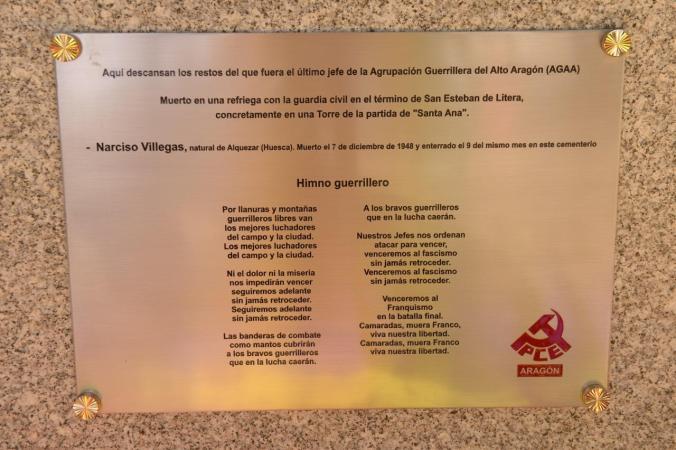 Gedenktafel für Narciso Villegas auf dem Friedhof San Esteban de Litera. Logo: Kommunistische Partei von Aragon (Foto: Mario Kloostra)
