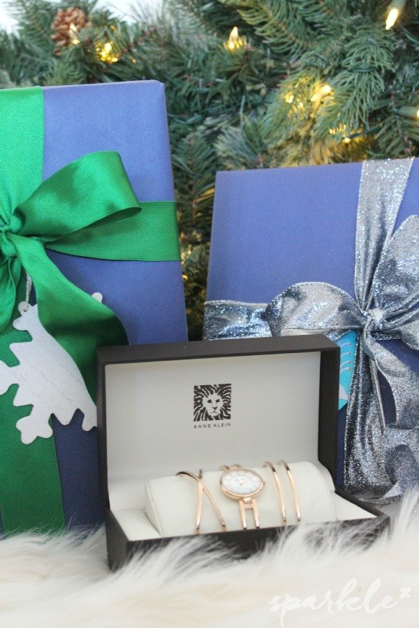 How to wrap a gift so it looks as elegant under the tree as it will on the recipient! #StyleMyHoliday#CollectiveBias #ad