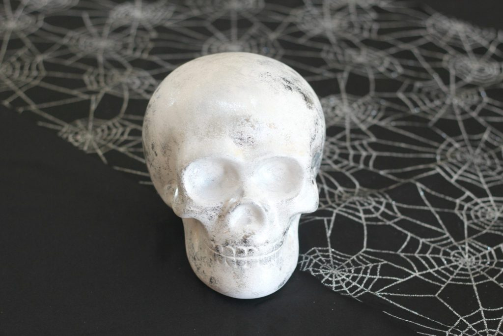 Foiled ceramic skull! For that spooky yet classy look! This craft can be done in under 30 minutes! Promise!