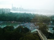 較早時間有一兩陣突如其來的大雨。16:55