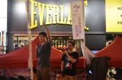 從台灣到港參加是次七一遊行的台灣人,同場帶有王丹的紙牌寫著「支持香港普選」