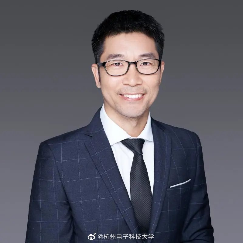 Hou Changlun, associate professor of electronic information school of the university.