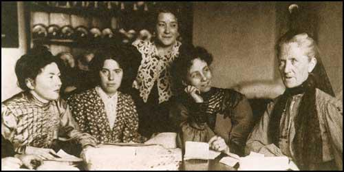 Une réunion de la WSPU (de gauche à droite) Christabel Pankhurst, Jessie Kenney, Nellie Martel, Emmeline Pankhurst et Charlotte Despard.