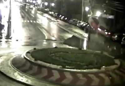 Auto springt über Kreisverkehr
