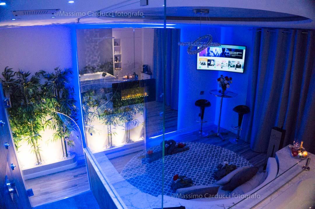 Camera Romantica con Vasca Idromassaggio 2 posti, Caminetto, Doccia a vista e Grande Specchio fronte Letto