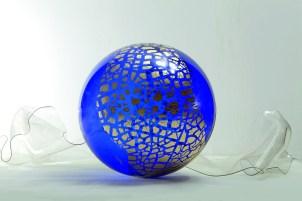 Alessandra Angelini_Sogni curvi cinque_2011_diametro sfera 60 cm_metacrilato termoformato a mano dall'artista con interventi in foglia oro