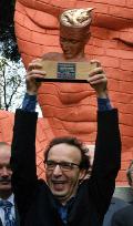 Benigni-riceve-riconoscimento Scepi's Man of Peaceridotta