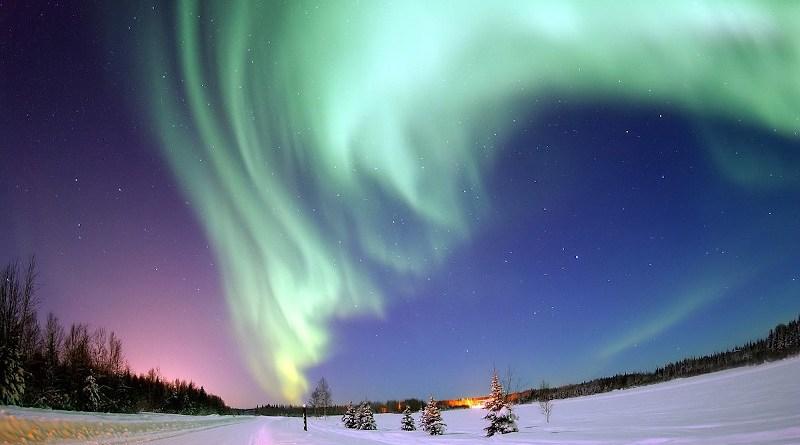 Aurora boreale sul Bear Lake (Lago degli Orsi) in Alaska