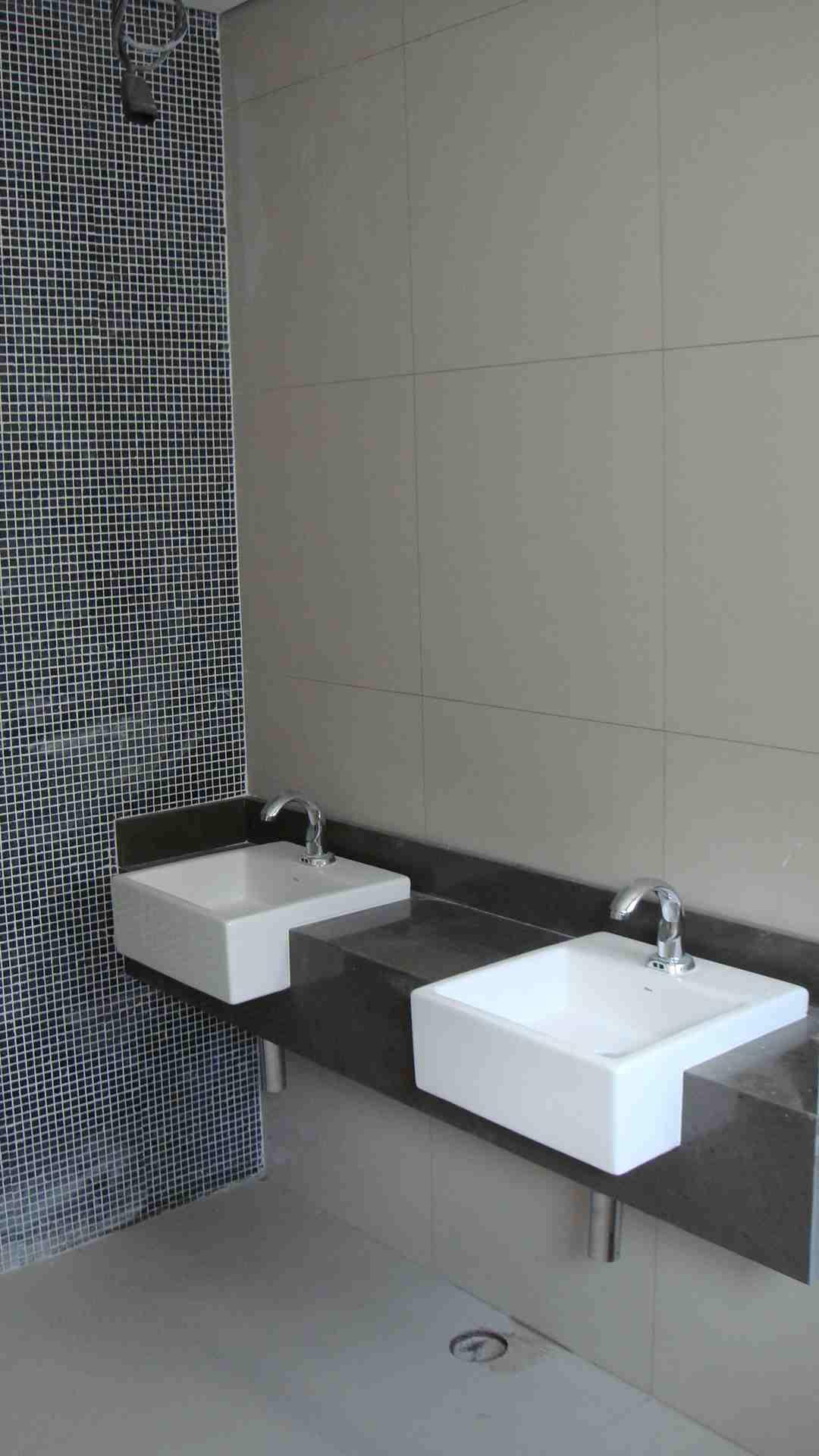 Banheiro de escritrio em porcelanato 60x60cm e pastilhas