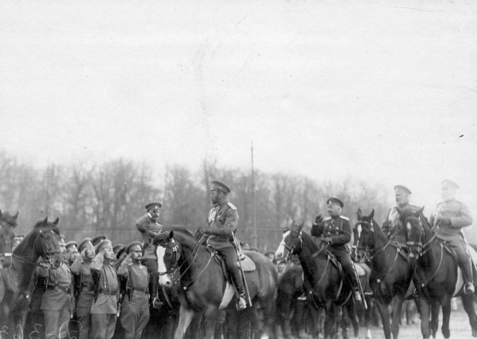 06. Император Николай II приветствует войска, выстроившиеся перед парадом