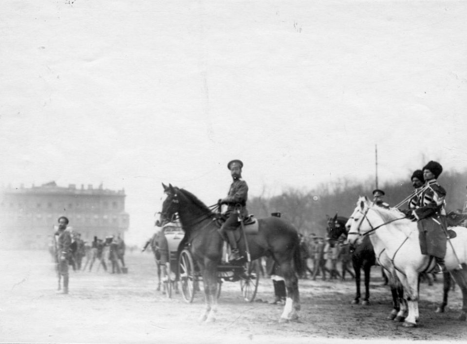 09. Император Николай II принимает парад войск