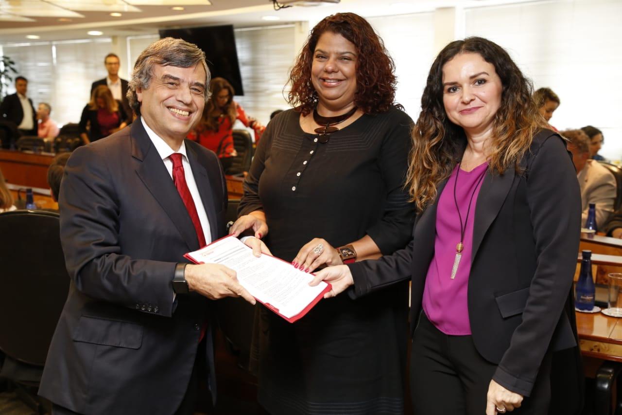 Murilo Portugal, presidente da Fenaban, Ivone Silva e Juvandia Moreira, coordenadoras do Comando Nacional dos Bancários