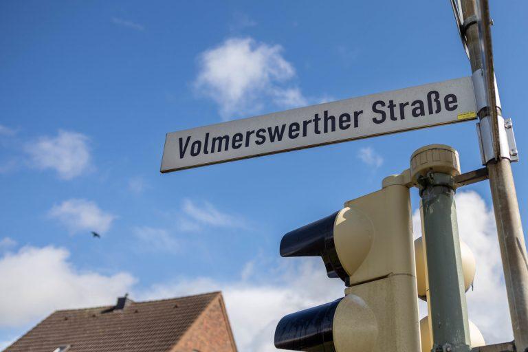 Ein Straßenumbau und bessere Querungsmöglichkeiten sollen die Volmerswerther Straße in Grimlinghausen sicherer machen.