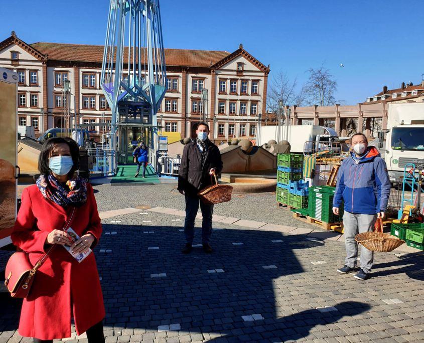Alexander Fuhr vor Ort (auf dem Markt, mit Angelika Glöckner und Bastian Welker)