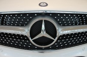 Close-up of the classic Mercedes Benz grill.