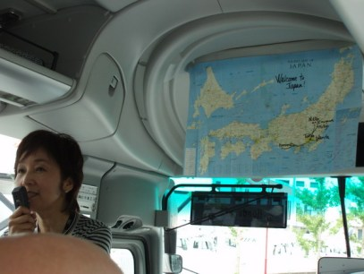 På väg från flygplatsen hängde hon upp en karta och berättade vad vi skulle komma att göra och åka.