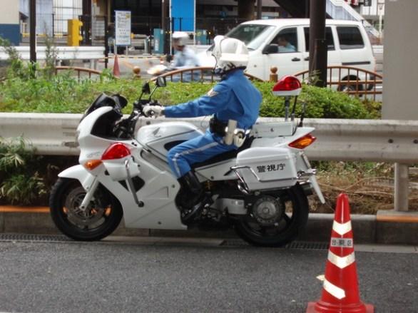 Poliserna körde lite omstukade Honda VFR. Kolla det höga styret.