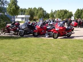 Pannorna står o blänker ikapp i solen, MC-Service i Varberg