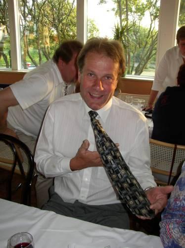Klart man skall ha slips på en sådan fin fest !.
