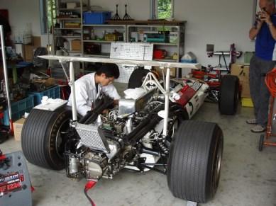 Renoveringsverkstaden för bilar. Här en gammal F1 som John Surtes har kört en gång i tiden.