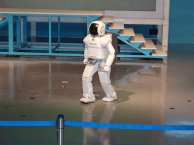Här fick vi se när roboten Asimo dansade och knallade upp och ner för trappor.