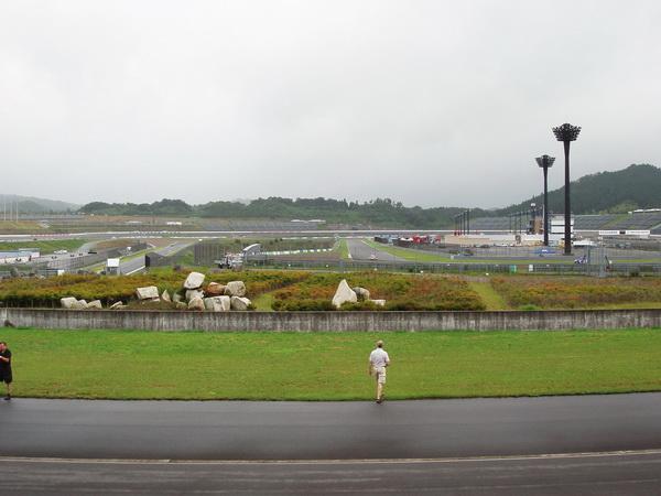 Några standardracingbilar såg vi köra på MotoGP banan som gör ett par slingor inne i ovalen.