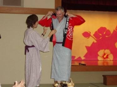 Allan sätter på sig sin happi. En kort kimono sponsrad av Honda MC Sverige som vi alla fick ett ex av.