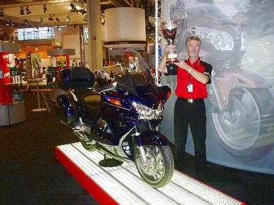 Rolf hade fullt upp med Honda utställning. Här höjer han stolt bägaren för årets modell av ST 1300.