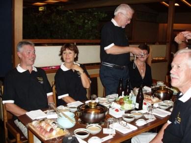 Avskedsmiddag bestående av Shusi och Shabu-shabu vilket är skivat kött som kokas i grytan på bordet.