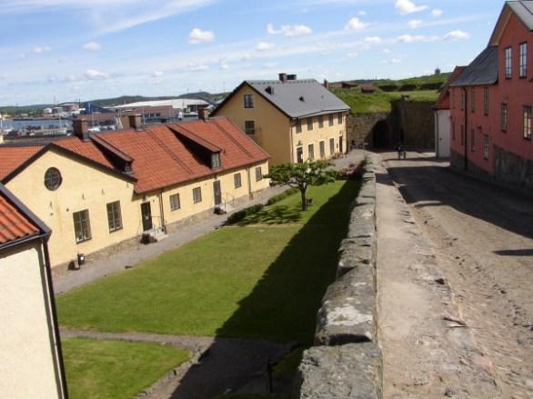 Innanför murarna i Varbergs fästning, en egen liten stad