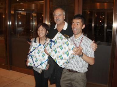Yoshi och Shigeo fick som bevis på vår uppskattning varsin gåva av Lars.