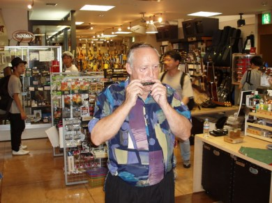 Rolf provar ett av munspelen han köpte.